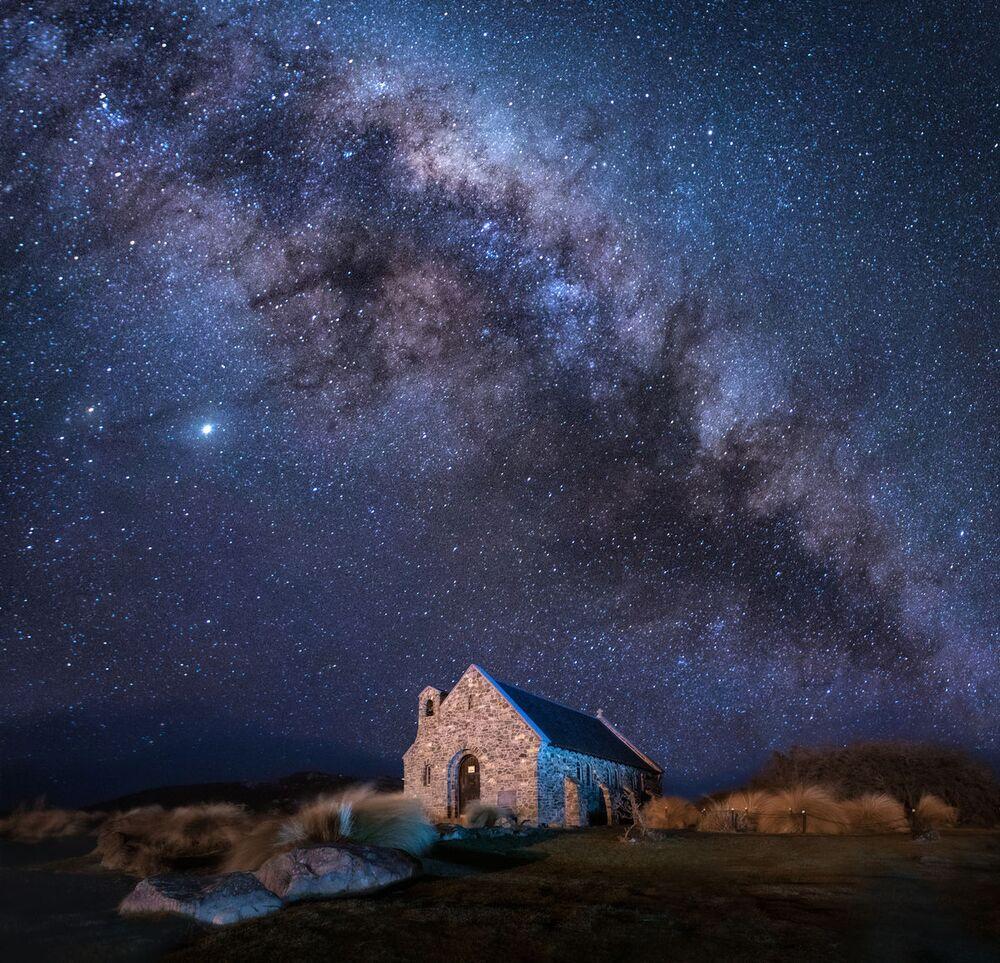 2020 Tarihi Mekanlar Fotoğrafçılık Yarışması'nın finalistlerinden fotoğrafçı Elena Pakhalyuk'un  güzellikleriyle  bilinen Yeni Zelanda'daki İyi Çoban Kilisesi'nin yıldızlı manzarası