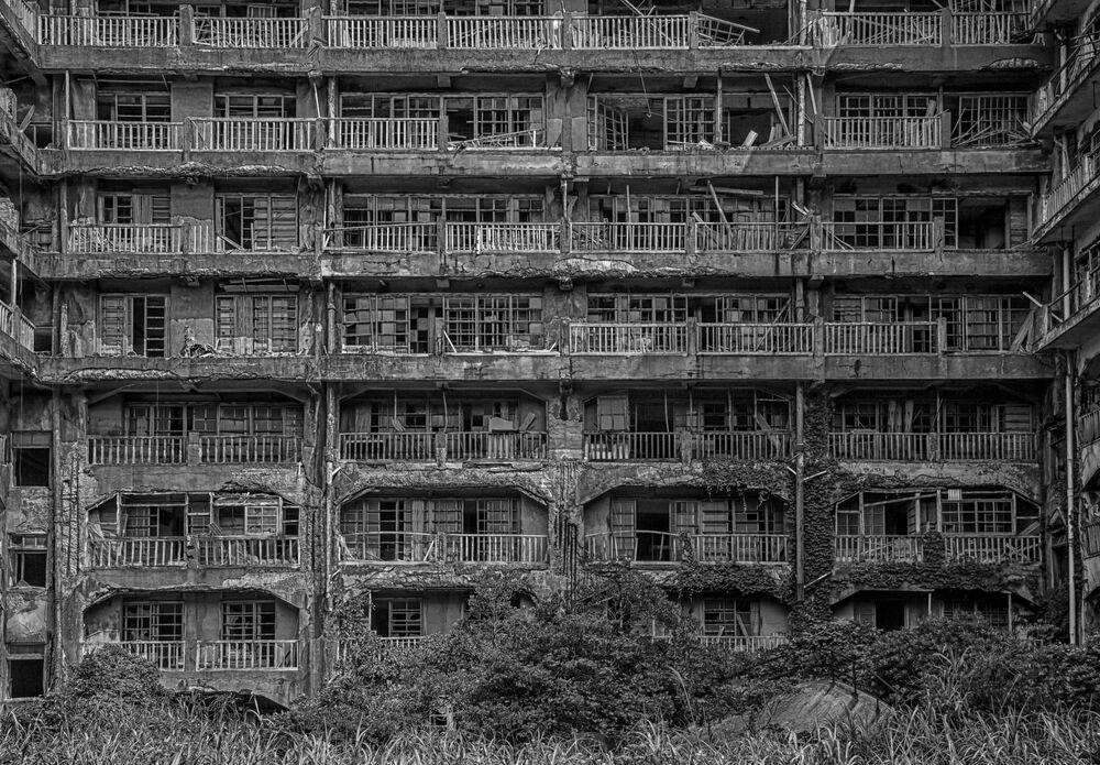 2020 Tarihi Mekanlar Fotoğrafçılık Yarışması'nın finalistlerinden fotoğrafçı Stefan Lange'nin fotoğrafında Japonya'nın hayalet şehri olarak bilinen Hashima Adası'ndaki terk edilmiş binalardan biri görüntülendi.  1887 yılında  kömür madeninin bulunması ile göç almaya başlayan ada hızla çoğalan nüfusu ile dünyanın en kalabalık şehri unvanını kazandı. Hashima'dan çıkan kaliteli kömür, adanın kısa sürede Mitsubishi tarafından satın alınmasını sağladı. 1890'dan itibaren adadaki maden ocakları tamamen Mitsubishi tarafından işletilir oldu. Ancak 1960'lı yıllarda başlayan  petrolün enerji pazarına hakimiyeti adanın sonunu hazırladı. Madenin 1974'te kapatılması üzerine iş bulamayan sakinler evlerini geride bırakıp adayı terk etti. 1974 yılından beri hayalet şehir olarak anılan Hashima Adası,  sanayi devriminin önemli bir göstergesi olması sebebiyle 2015'te  UNESCO Dünya Miras Listesi'ne dahil edildi.