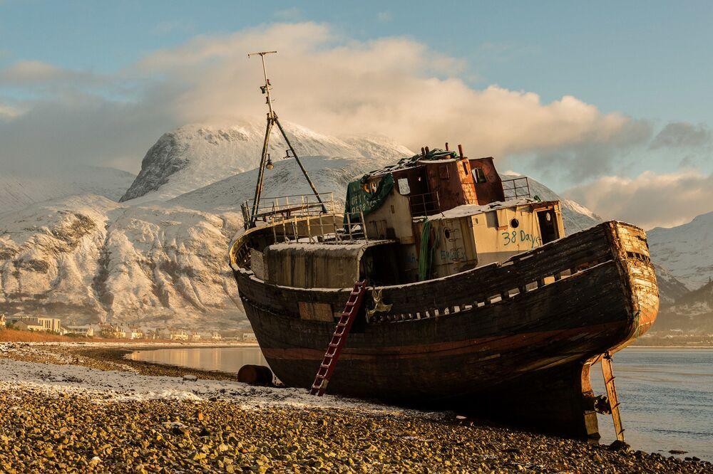 2020 Tarihi Mekanlar Fotoğrafçılık Yarışması'nın finalistlerinden fotoğrafçı Ron Tear'in fotoğrafında İskoçya'daki Loch Linnie Körfezi'nde karaya oturmuş gemi görüntülendi