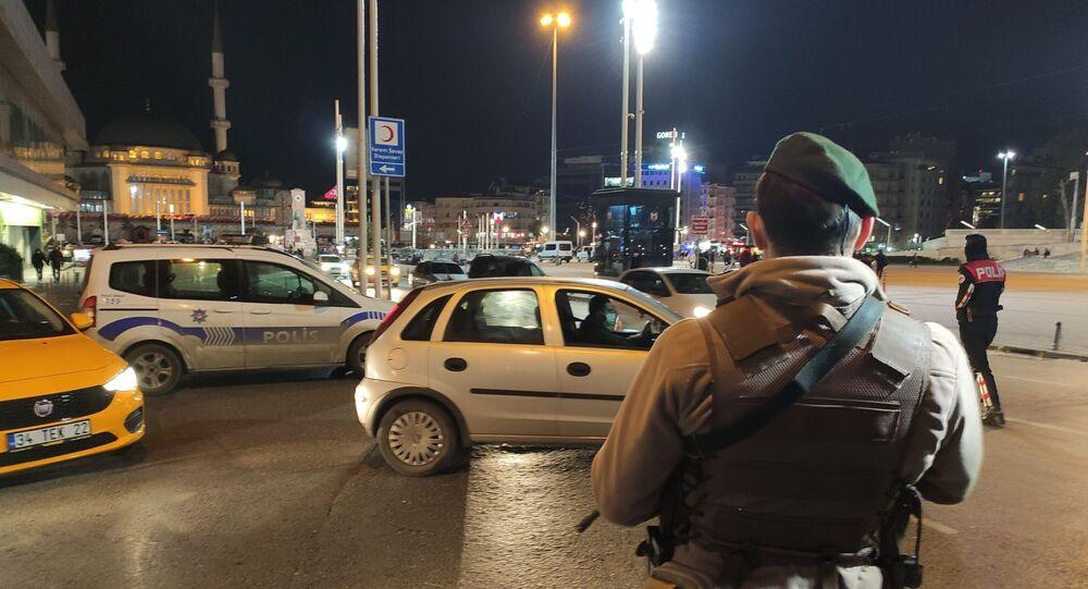 İstanbul'da hava destekli Yeditepe Huzur uygulaması yapıldı. Uygulamada araçlar didik didik aranırken şüpheli şahıslara yönelik GBT kontrolleri yapıldı.