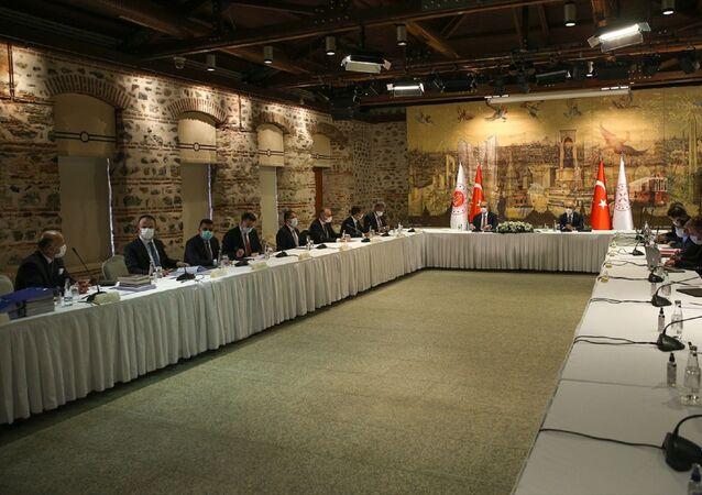 Hazine ve Maliye Bakanı Lütfi Elvan (sağda) ile Adalet Bakanı Abdulhamit Gül (solda), Türk Sanayicileri ve İş İnsanları Derneği (TÜSİAD)