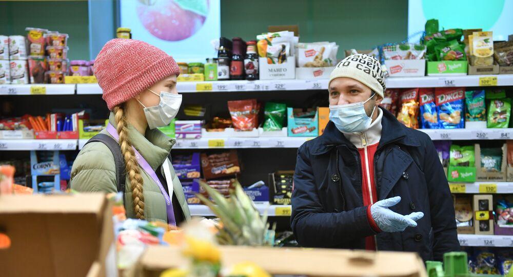 Rusya - Moskova - yaşlılara yardım eden gönüllüler  - maske