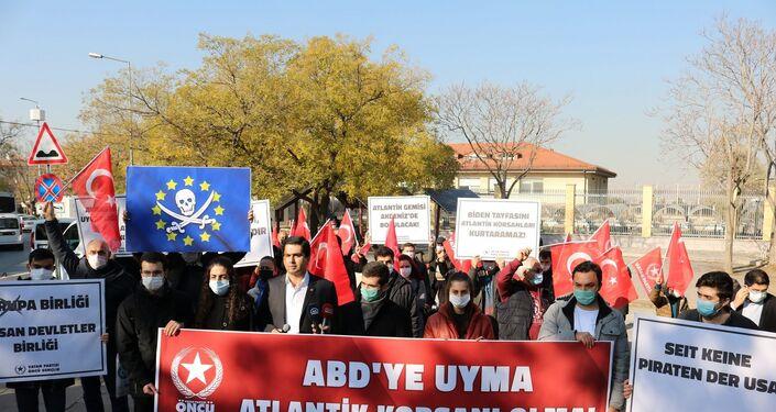 Vatan Partisi'nin Almanya Büyükelçiliği'nin önünde düzenlediği protesto