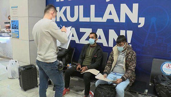 Sabiha Gökçen Uluslararası Havalimanı'nda maske ve mesafe denetimi yapıldı. Uyarılara rağmen maskesini düzgün takmayan ve Türkçe bilmediğini söyleyen yabancı uyruklu bir yolcu maske cezası yedikten sonra Türkçe konuşmaya başladı.
