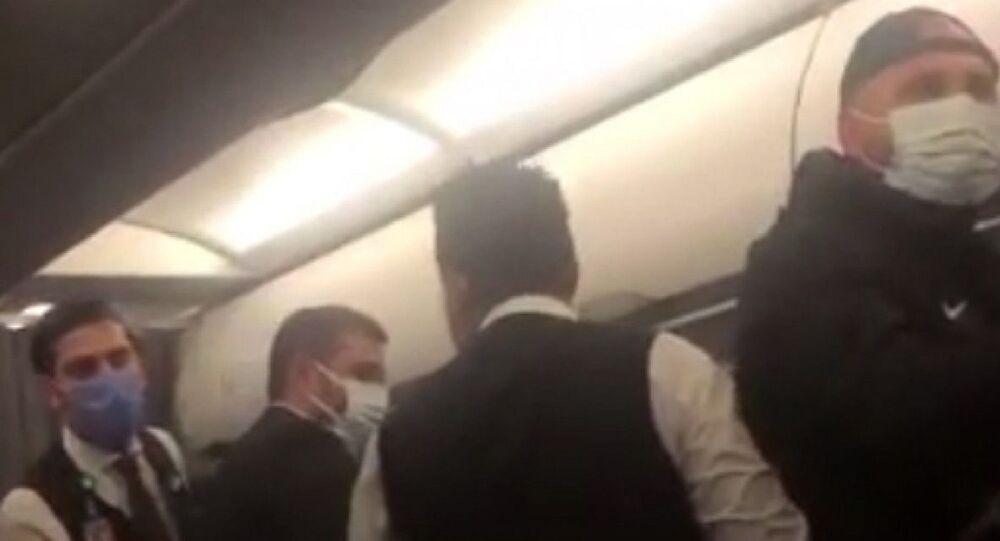 İzmir-Adana seferini yapan yolcu uçağında, 3 yolcu ile Bergama Belediyespor deplasmanından dönen Kozanspor FK futbolcuları arasında maske yüzünden arbede yaşandı