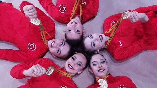 Türkiye'nin Kadın Ritmik Cimnastik Grup Milli Takımı, '3 çember 2 labut' aletinde Avrupa şampiyonu oldu. - Sputnik Türkiye