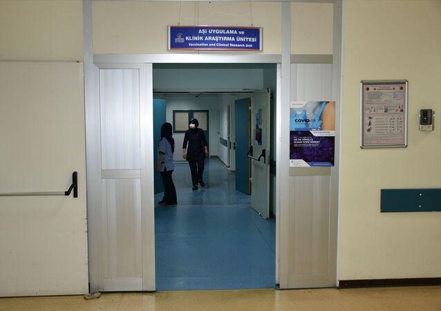Çin'den getirilen yeni tip koronavirüs (Kovid-19) aşısı Malatya'da İnönü Üniversitesi Turgut Özal Tıp Merkezinde uygulanmaya devam ederken, 150 gönüllünün aşı için başvuruda bulunduğu öğrenildi.