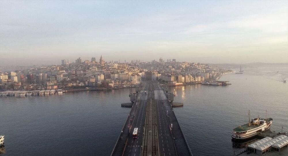 Yeni tip koronavirüs (Kovid-19) tedbirleri kapsamında İstanbul'da sokağa çıkma kısıtlamasına genel olarak uyulduğu görüldü. Kısıtlama nedeniyle Galata Köprüsü boş kaldı.