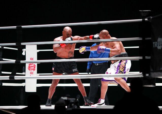 Eski ağır sıklet boks şampiyonu Mike Tyson ile 4 farklı sıklette şampiyonluk yaşayan Roy Jones arasındaki gösteri maçı beraberlikle sonuçlandı.