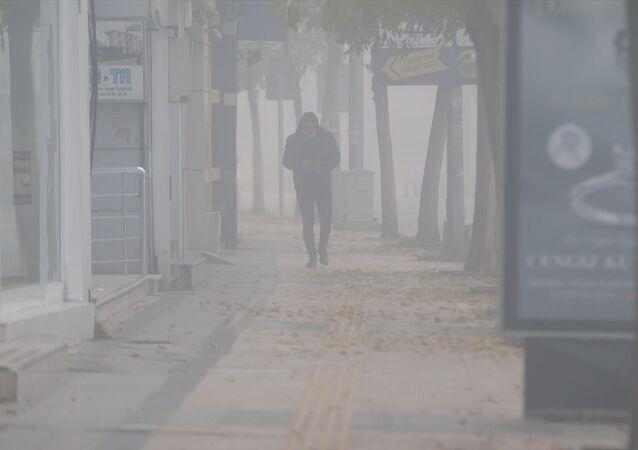 Düzce'de yoğun sis günlük hayatı olumsuz etkiliyor. Kent merkezinde gece saatlerinden itibaren etkili olan sis nedeniyle görüş mesafesi yer yer 20 metreye kadar düştü.