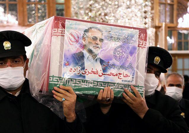 Batı'da 'İran nükleer programının babası' diye nitelenen ve İsrail'e mal edilen suikasta kurban giden İran Savunma Bakanlığı Araştırma ve İnovasyon Kurumu Başkanı Muhsin Fahrizade'nin tabutu İmam Rıza Türbesi'nde taşınırken...