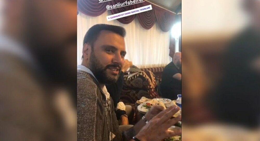 Şanlıurfa Büyükşehir Belediyesi, sanatçı Demek Akalın ile Alişan'ın sosyal tesiste yemek yerken çekilen görüntüleriyle ilgili yaptığı açıklamada, yemeğin halka kapalı olduğunu ve paylaşımların manipülasyon amaçlı olduğunu bildirdi.