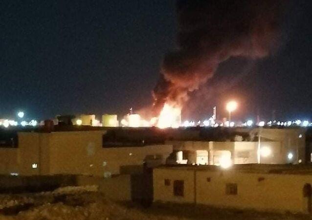 Irak'ta bir petrol rafinerisine düzenlenen roketli saldırı sonucu rafineride yangın çıktı.
