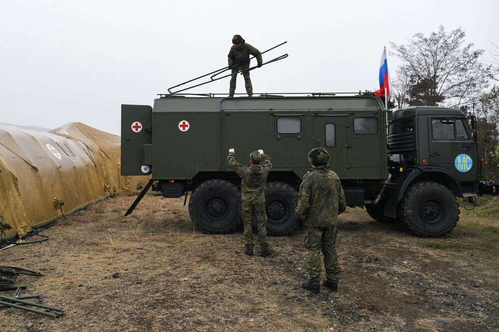 Stepanakert'teki havalimanına konuşlandırılan Rus tıbbi birlikleri