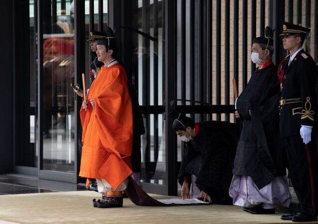 Japonya'da Krizantem Taht'a geçişte birinci sırada olduğunun ilan edilmesinin ardından İmparatorluk Sarayı'ndan çıkan Veliaht Prens Fumihito