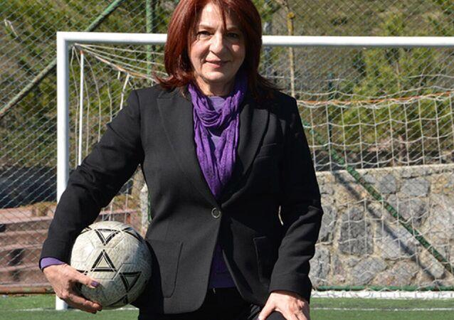 Türkiye'nin ilk kadın futbol antrenörü ve FIFA kokartlı ilk kadın hakemi Lale Orta