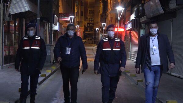 """Kırıkkale'de korona virüs tedbirleri kapsamında uygulanan sokağa çıkma kısıtlamasında yaya devriyelere yakalanan vatandaşların bahanesi hep aynı oldu. """"İşten yeni çıktım"""" diyenlere 3 bin 150'şer lira cezai işlem uygulandı. - Sputnik Türkiye"""