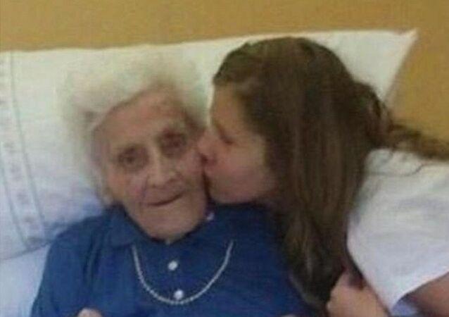 İtalya'da 9 ay içinde 3 kez koronavirüs testi pozitif çıkan 101 yaşındaki bir kadın, son koronavirüs teşhisinin ardından gördüğü tedaviyi tamamlayarak taburcu oldu.
