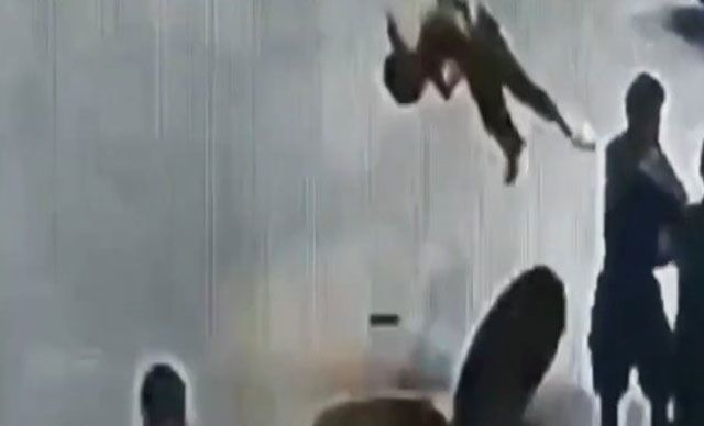 Çin'de arkadaşlarıyla oyun oynadığı sırada rögar kapağında bulunan delikten içeriye maytap atan çocuk, patlamanın etkisiyle metrelerce havaya uçtu. O anlar saniye saniye kaydedildi.