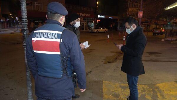 'Kimse yok' diye sokakta sigara içerken ceza yedi - Sputnik Türkiye
