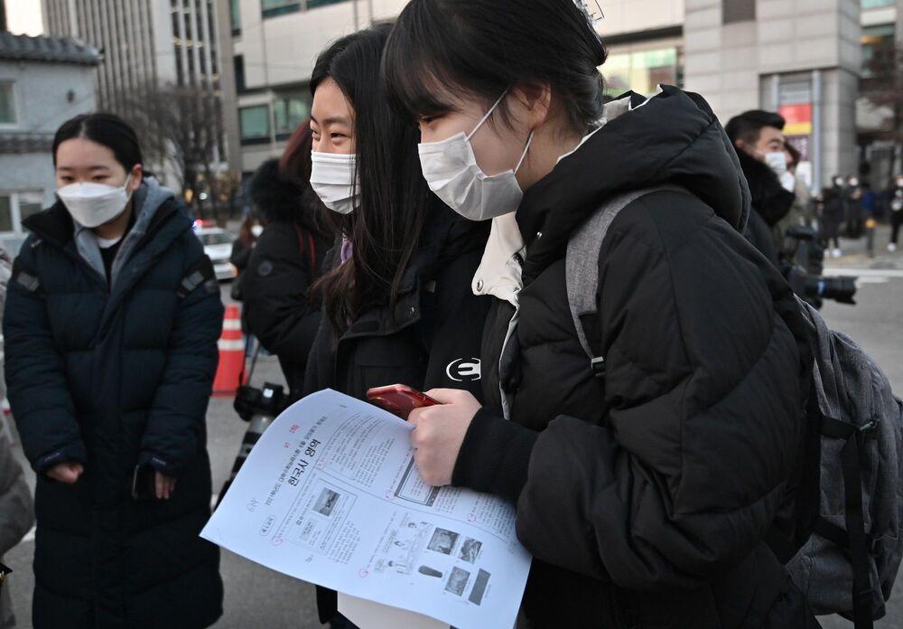 Virüse yakalanan öğrenciler de sınava girdi. Hükümet, koronavirüs testi pozitif çıkan 35 öğrenci diğer öğrencilerle aynı zamanda ya hastanede ya da karantina merkezlerinde kişisel koruyucu ekipmanı giyen eğitim yetkililer gözetiminde sınava gireceklerini açıkladı.