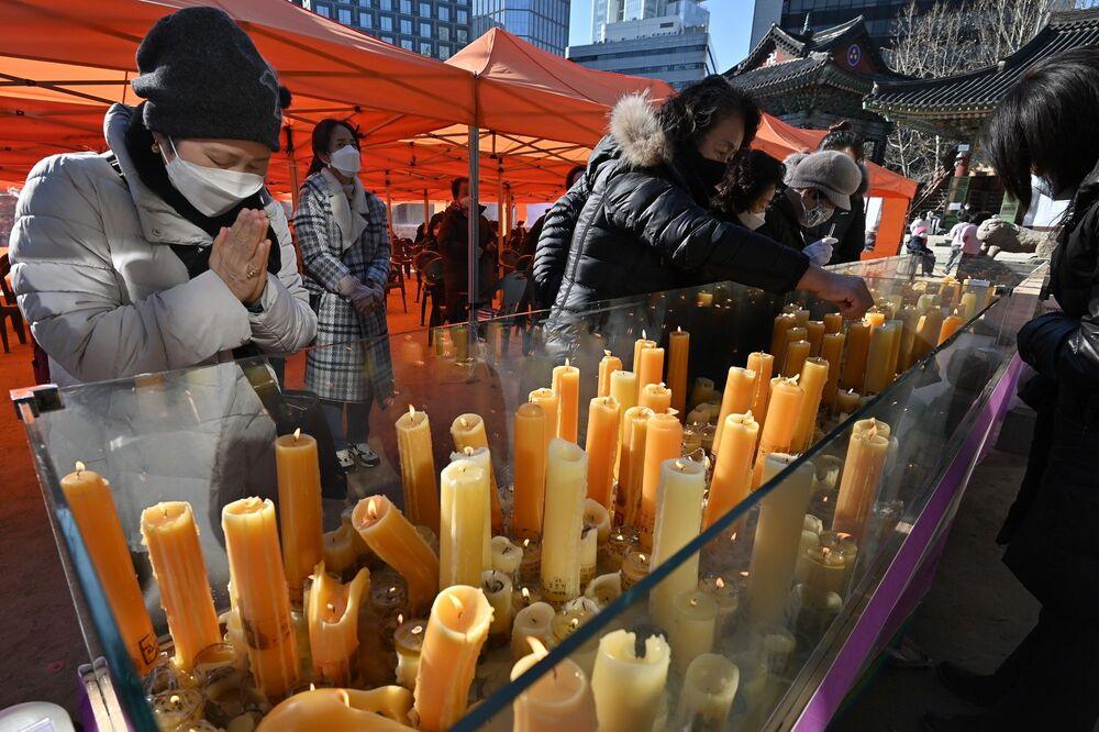 Tüm bunlar olurken Budist aileler Seul'daki Jogye tapınağında çocuklarına dua etmek için mum yaktı. Bazıları da kartlara öğrencilerinin isimlerini yazıp başarı diledi.