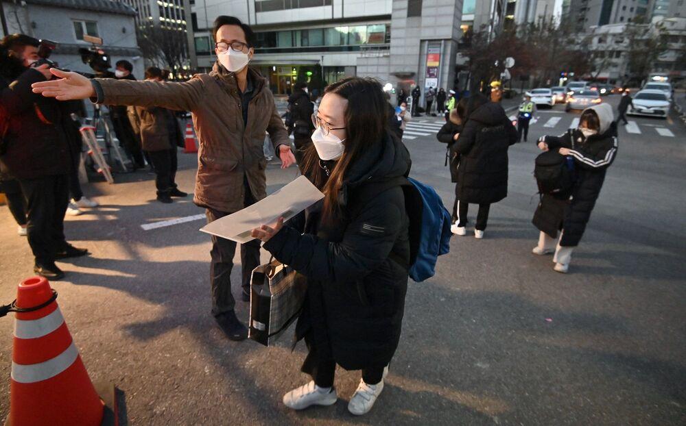 Öte yandan yaklaşık olarak 500 bin öğrencinin girdiği sınav da ayrı bir endişe kaynağı. Plastik şeffaf bölmelerle birbirinden ayrılarak oturtulan öğrencilerden sınav sırasında maske takmaları istendi.