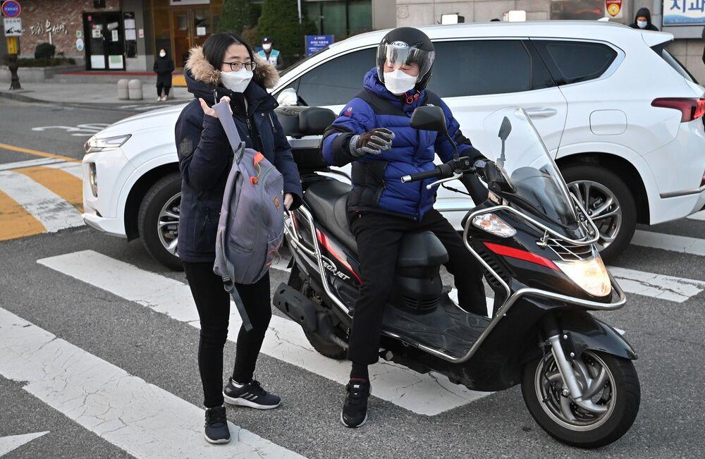 Güney Kore, uyguladığı 'Takip et, test et ve tedavi et' stratejisiyle salgını karşı gayet başarılı bir şekilde salgını kontrol altında tutmayı başarsa da günlük vakaların aniden 100'den 500'e fırlaması yetkilileri alarma geçirdi. Ancak buna rağmen küresel standartlara göre bu sayı oldukça düşük kalıyor.