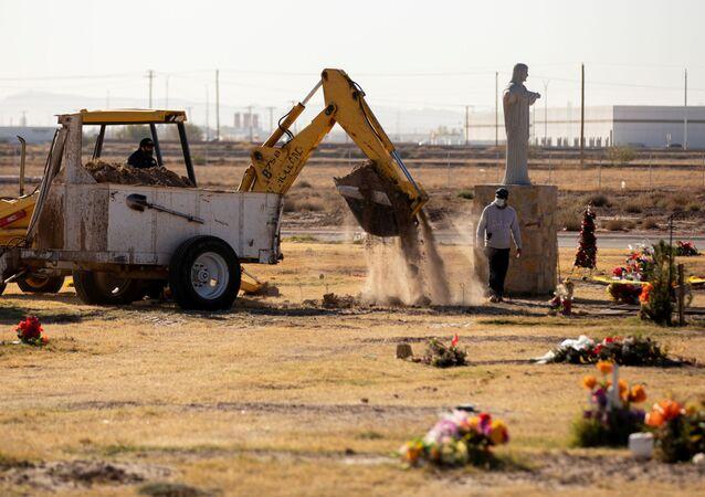ABD'nin Teksas eyaletinin El Paso kentinde Kovid-19 pandemisinde ölenler için vinçle mezar kazılırken