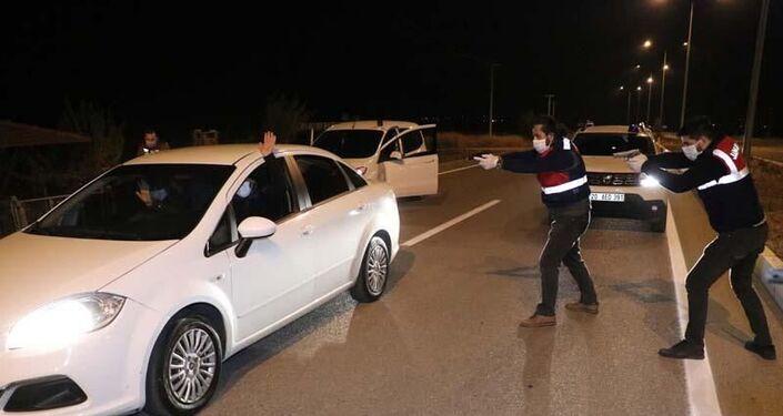 Jandarma ve KOM ekipleri Tavas ilçesi Sarıabat Mahallesi sınırları içerisinde yol üzerinde kontrol noktasında otomobili durdurdu.