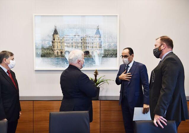 Cumhurbaşkanlığı Sözcüsü İbrahim Kalın, ABD'nin Suriye Özel Temsilcisi Joel D. Rayburn ve beraberindeki heyet ile bir araya geldi. Beştepe Külliyesi'ndeki görüşmede, İdlib meselesi başta olmak üzere, Suriye krizi, siyasi süreç ve anayasa çalışmaları, terörle mücadele, mülteciler konusu ve bölgesel meseleler ele alındı.