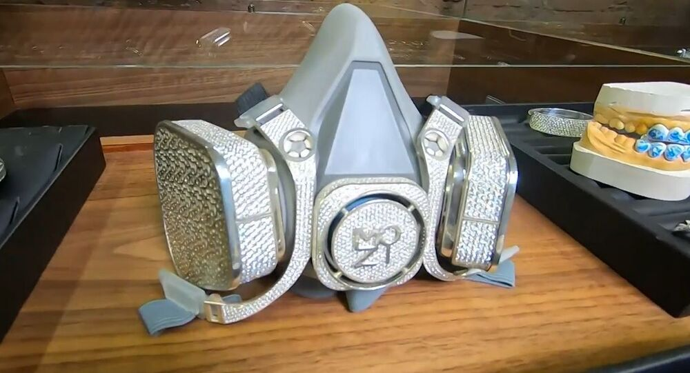 Rusya'da bir mücevher şirketi, 1 milyon TL değerinde lüks gaz maskesi üretti