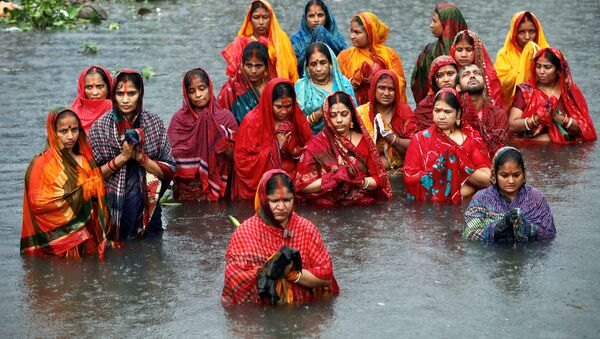 Bangladeş'te Hindu dini festivaline katılan kadınlar - Sputnik Türkiye