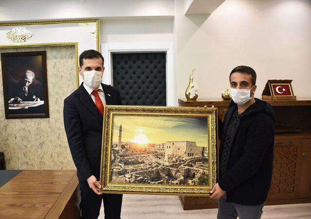 İstanbul'da bir turistin aracında unuttuğu 300 bin euro'yu sahibine teslim eden taksi şoförü Engin Olgaç (sağda),