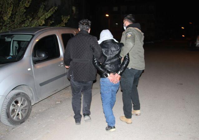 Konya'nın Beyşehir ilçesinde, 4 aylık evli olduğu karısını öldürdükten sonra polisi telefonla arayan koca, kendisini ihbar etti.