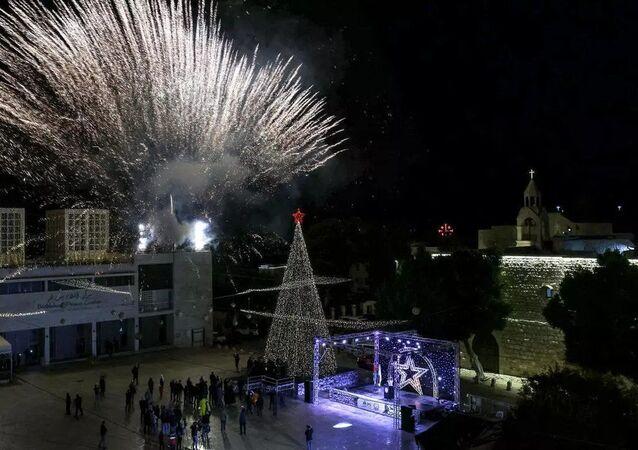 Batı Şeria'nın Beytüllahim kentindekiHazreti İsa'nın doğduğuna inanılan Nativity (Yeniden Doğuş) Kilisesimeydanınadikilen Noel ağacıaydınlatılarakHıristiyanlara Noel kutlamalarının başladığıduyuruldu.