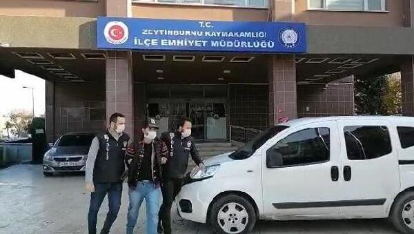 Zeytinburnu'nda bir market önünde asılı bulunan Türk bayrağını yaktığı gerekçesiyle gözaltına alınan şüphelinin,akıl hastası olup olmadığının tespiti amacıyla resmi bir sağlık kuruluşunda gözlem altına alınmasına karar verildi. - Sputnik Türkiye