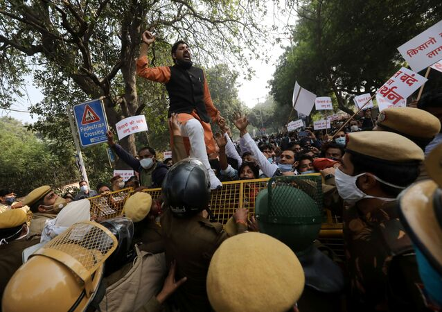 Hindistan'da yeni tarım yasasına karşı çiftçilerin düzenlediği genel greve başkent Yeni Delhi'de protesto düzenleyerek destek veren Aam Aadmi Partisi (AAP) destekçileri