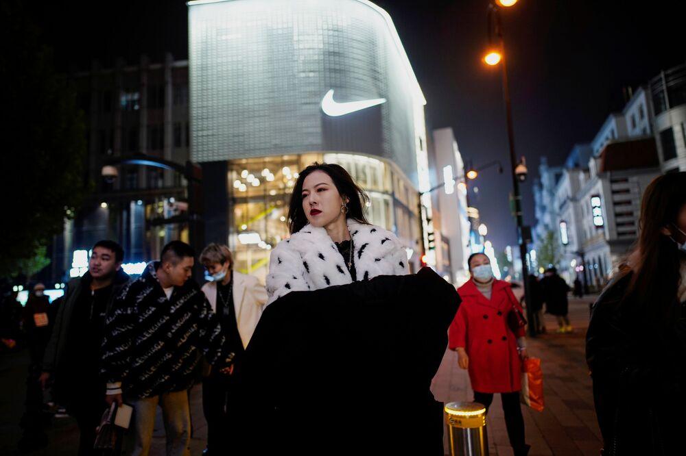 Vuhan, 23 Ocak'tan itibaren karantinaya alındı. Şehre giriş çıkışlar durduruldu, yerel halkın şehri terk etmesi yasaklandı. 25 Mart'ta Çinli yetkililer, Hubei eyaletine giriş-çıkış kısıtlamalarını kaldırdı ve 76 günlük karantinadan sonra 8 Nisan'da Vuhan ile ulaşım bağlantıları yeniden sağlanarak, sakinlerinin şehri terk etmelerine izin verildi.