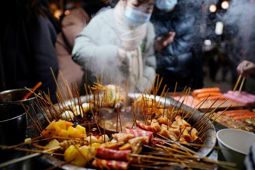 Virüsün, egzotik hayvanların ticaretinin yapıldığı Vuhan'daki bir pazarda ortaya çıktığı düşünülüyordu. Ancak uzmanlar, pazarın, virüsün ortaya çıktığı yer değil, yayılmasına katkıda bulunan yer olduğunu düşünüyor.