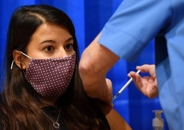 Kovid-19 pandemisi nedeniyle Britanya'nın en büyük aşı programı hayata geçti: İlk günde Galler bölgesinin Cardiff kentinde BioNTech-Pfizer aşısı yapılan bir kadın
