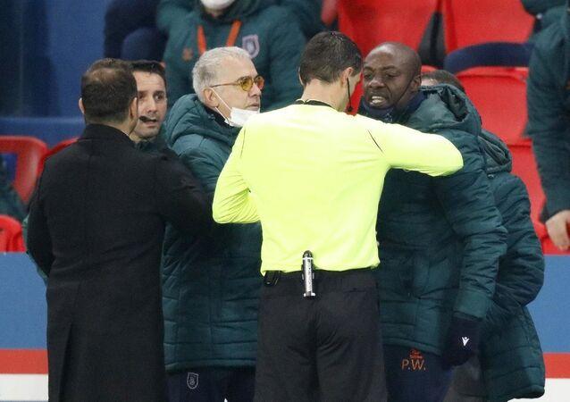 Başakşehir, PSG'ye konuk olduğu maçta yardımcı antrenör Webo'ya ırkçılık yapıldığı gerekçesiyle sahadan çekildi