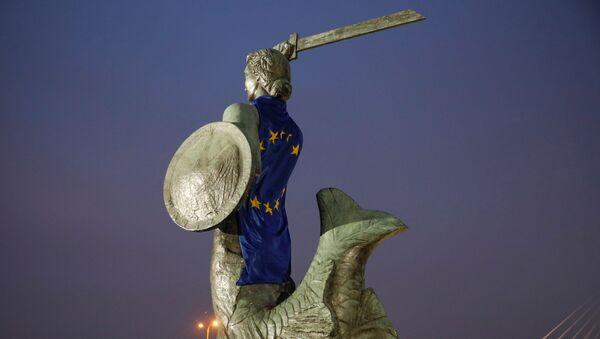 Polonya başkentindeki Varşova'nın Denizkızı heykeli AB bayrağına sarılmış halde  - Sputnik Türkiye