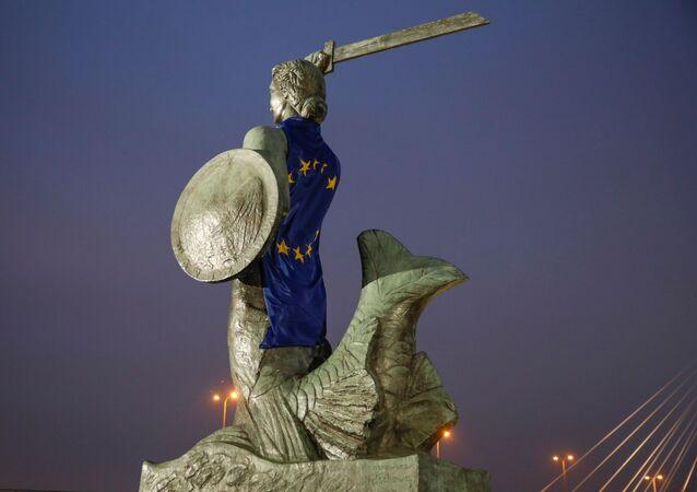 Polonya başkentindeki Varşova'nın Denizkızı heykeli AB bayrağına sarılmış halde