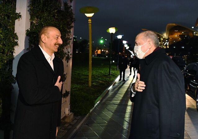 Cumhurbaşkanı Erdoğan, Azerbaycan Cumhurbaşkanı Aliyev ile akşam yemeğinde bir araya geldi.
