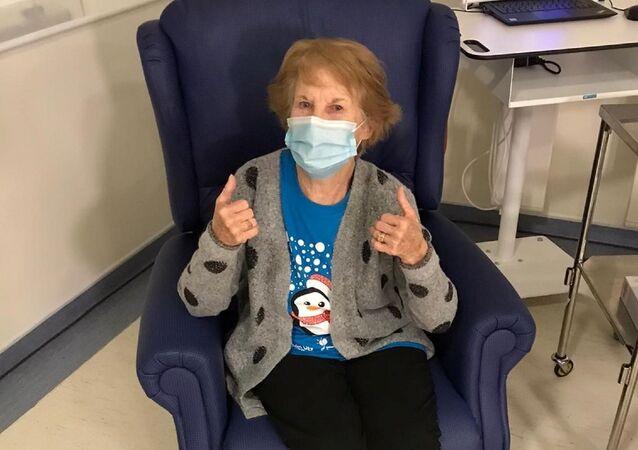klinik deneyler dışında aşılanan ilk kişi 90 yaşındaki Margaret Keenan