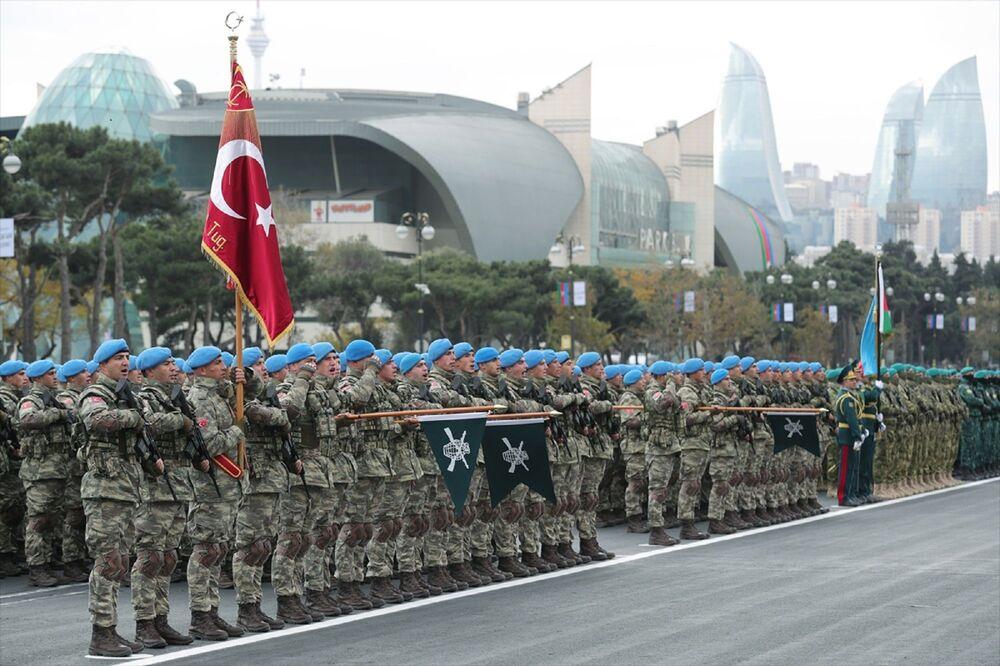 Azerbaycan helikopterleri de uçuşlarını Türkiye ve Azerbaycan bayraklarıyla gerçekleştirdi.