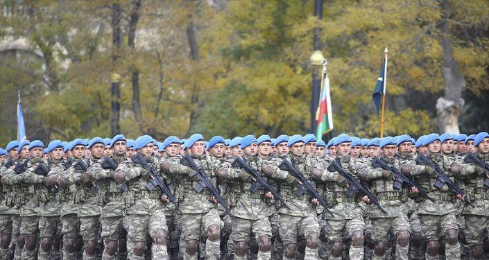 Bakü'nün Azadlık Meydanı'nda Zafer Geçidi töreni düzenlendi. Törene katılacak Türk Silahlı Kuvvetleri askeri birlikleri alanda yerini aldı.