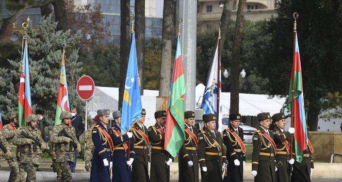 Bakü'nün Azadlık Meydanı'nda Zafer Geçidi töreni düzenlendi. Tören öncesinde askeri birlikler alana alındı.