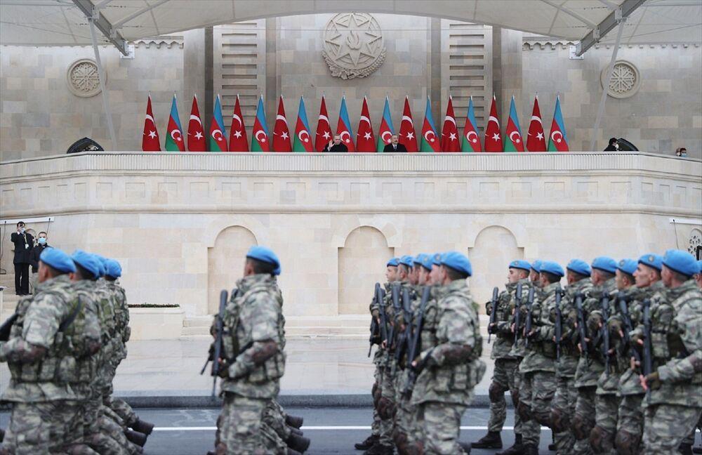 Hazar denizinde, Bakü açıklarında demirleyen savaş gemilerinin yanı sıra Azerbaycan ordusunun hava kuvvetleri de törene katıldı. Tören alanının üzerinde uçan savaş uçakları, Azerbaycan bayrağının renkleriyle duman izi bıraktı.